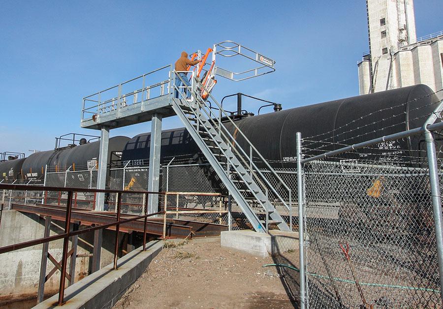 Railcar single sided track mounted SAS self adjusting stair gangway platform 900x628