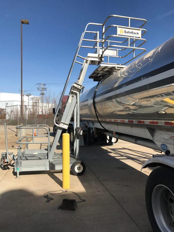 Rolling platform for tank truck hatch