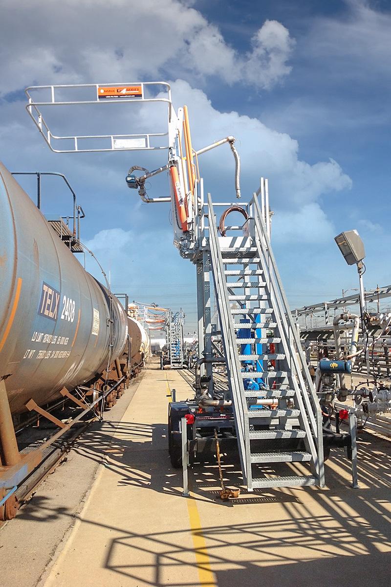 Railcar FRT gangway top loading arm transloader