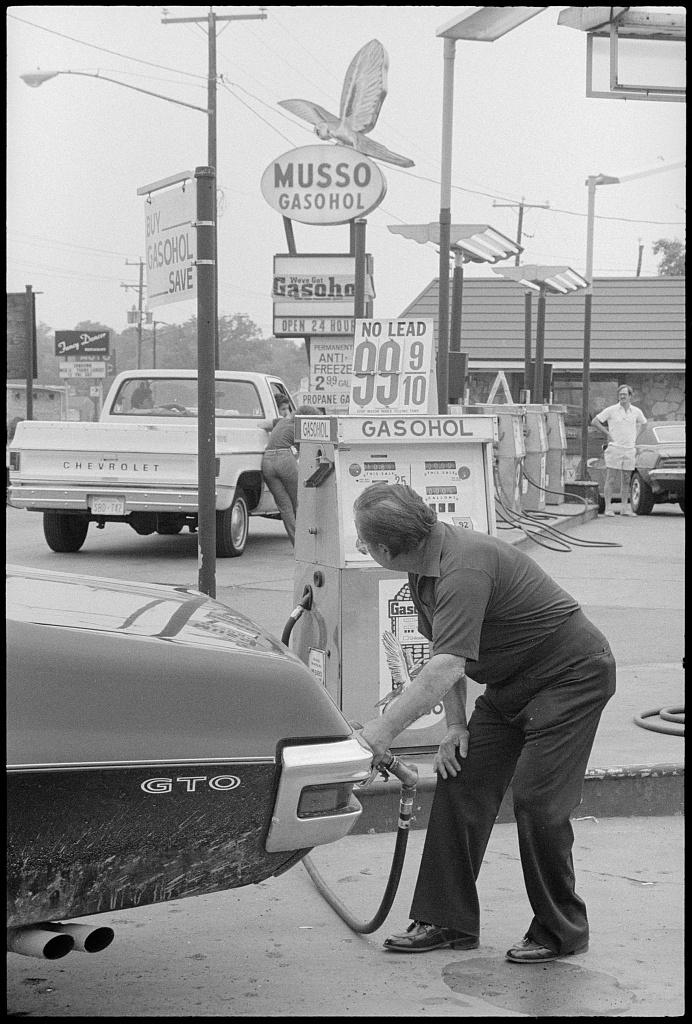 1979 Gas station pumps